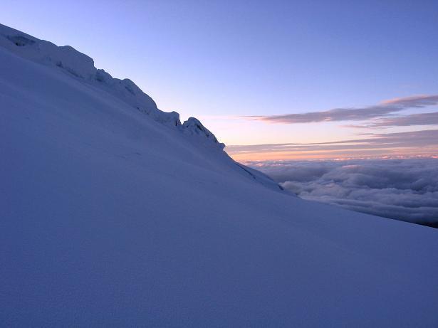 Foto: Andreas Koller / Wander Tour / Im ewigen Eis des Cayambe (5794 m) / Die Sonne geht auf mehr als 5500 m am Glacier Hermoso auf / 09.01.2007 04:46:47