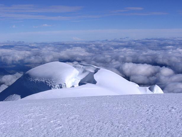 Foto: Andreas Koller / Wander Tour / Im ewigen Eis des Cayambe (5794 m) / Cayambe N-Gipfel vom Hauptgipfel gesehen / 09.01.2007 04:45:44