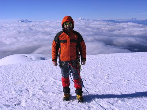 Foto: Andreas Koller / Wander Tour / Im ewigen Eis des Cayambe (5794 m) / Glücklicher Gipfelsieg mit Antisana (5758 m) und Cotopaxi (5897 m) im Hintergrund / 09.01.2007 04:45:21