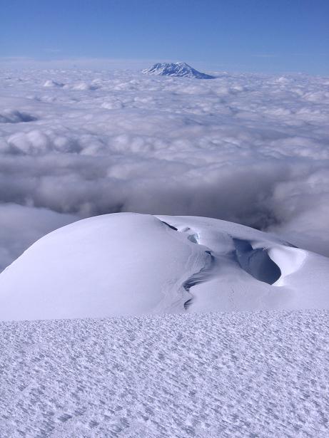 Foto: Andreas Koller / Wander Tour / Im ewigen Eis des Cayambe (5794 m) / Gipfelblick nach W zum Antisana (5758 m) / 09.01.2007 04:44:36