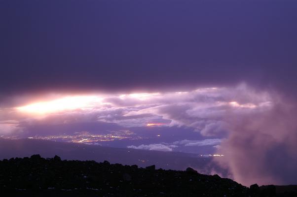 Foto: Andreas Koller / Wander Tour / Im ewigen Eis des Cayambe (5794 m) / Abendlicher Blick von der Cayambe-Hütte nach W Richtung Quito / 19.02.2007 00:11:35