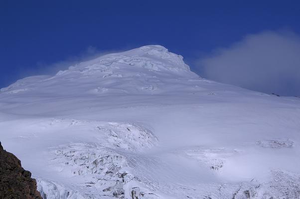Foto: Andreas Koller / Wander Tour / Im ewigen Eis des Cayambe (5794 m) / Die mächtige Eiskalotte des Cayambe / 09.04.2007 21:46:22