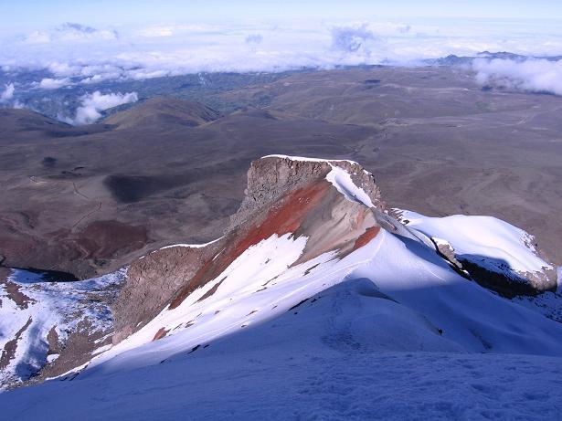 Foto: Andreas Koller / Wander Tour / Chimborazo - König der Anden Ecuadors (6310 m) / El Castillo aus einer Höhe von ca. 5800 m gesehen - der Felsen wird O-seitig (am Foto links) umgangen / 10.01.2007 03:05:11