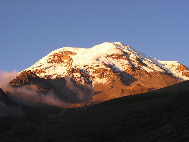 Foto: Andreas Koller / Wander Tour / Chimborazo - König der Anden Ecuadors (6310 m) / Der Chimborazo aus dem S bei Sonnenuntergang / 10.01.2007 03:07:50