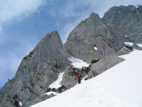 Foto: Christian Suschegg / Schneeschuh Tour / Sagenumwobenes Grimmingtor / Aus den Felsen kommen immer wieder kleinere Stein-, Schnee- und Eislawinen herunter. / 08.01.2007 13:21:56
