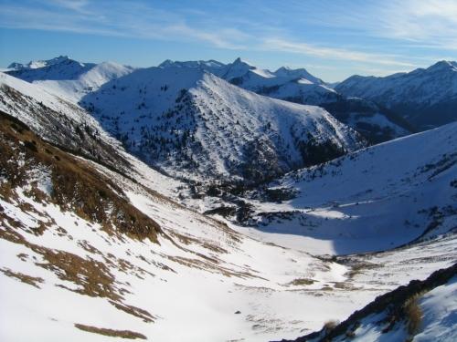 Foto: Christian Suschegg / Schneeschuh Tour / Winter-Gratwanderung zwischen Großsölktal und Donnersbachwald / Aus der Mößnascharte steigt man hinab ins Mößnakar. Links hinten ist das