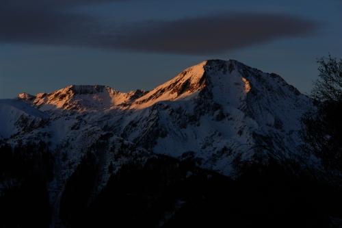 Foto: Christian Suschegg / Schneeschuh Tour / Winter-Gratwanderung zwischen Großsölktal und Donnersbachwald / Wer früh startet, kommt in den Genuß der ersten Sonnenstrahlen am Großen Knallstein. / 08.01.2007 17:19:00
