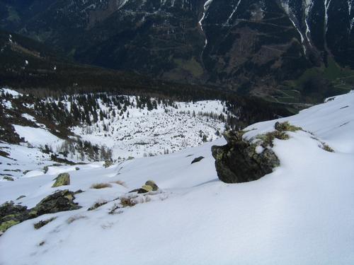Foto: Christian Suschegg / Schneeschuhtour / Ebeneck - Ochsenkopf - Zinken - Speiereck / Am Weg zum Zinken. Tiefblick zur Madelsgrubenalm und in den Graben des Großsölktales hinunter. / 19.01.2007 14:09:30