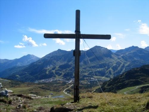 Foto: Christian Suschegg / Wander Tour / Um und Auf die Sonntagkarhöhe / Beim Kreuz in der Seekarscharte. Tiefblick nach Obertauern. / 20.01.2007 12:33:55