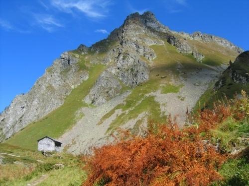 Foto: Christian Suschegg / Wander Tour / Um und Auf die Sonntagkarhöhe / Beim Abstieg durch´s Klamml. An einer kleinen Hütte vorbei. / 20.01.2007 12:37:52