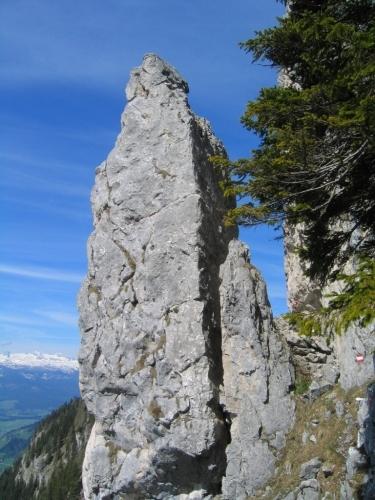 Foto: Christian Suschegg / Wander Tour / Überschreitung von Gwöhnlistein und Hechlstein / Durch einen schmalen Durchschlupf an einem Felsturm vorbei. / 21.01.2007 11:39:17