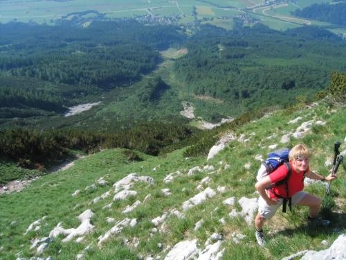 Foto: Christian Suschegg / Wander Tour / Krautschwellereck (1959m) / Der Aufstieg über die sehr steilen, felsdurchsetzten Wiesenhänge ist nur bei trockenen Verhältnissen ratsam. Am oberen Bildrand erkennt man den Ausgangspunkt - St. Martin am Grimming. / 22.01.2007 11:52:16