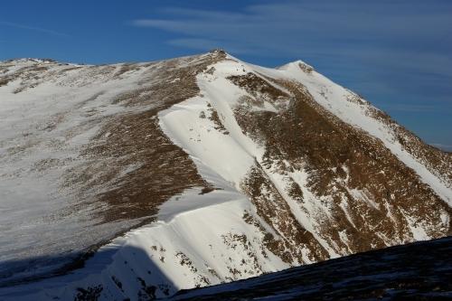 Foto: Christian Suschegg / Ski Tour / Schattnerzinken (2156m) / Der benachbarte Hochschwung. Wie der Schattnerzinken im Kammbereich häufig abgeblasen. Hohe Wächten türmen sich Richtung Südosten. / 23.01.2007 10:19:32