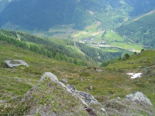 Foto: Christian Suschegg / Wander Tour / Über die Knallalm auf Badstubenspitz und Scheiben / Blick ins mehr als 1.000 Höhenmeter tiefer gelegene Großsölktal um Mößna. / 23.01.2007 12:30:11