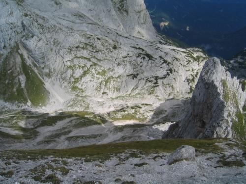 Foto: Christian Suschegg / Wander Tour / Über den Steiglpaß auf den Steiglkogel / Am letzten Stück auf sehr steilen, erdig-schottrigen, rutschigen Wiesenhängen zum Gipfel. Tiefblick in das nordseitige Kar, unterhalb des Steiglpasses. / 23.01.2007 14:13:51