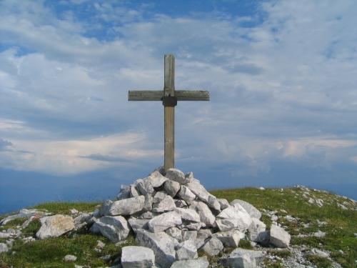 Foto: Christian Suschegg / Wander Tour / Über den Scharfen Steig und die Laufener Hütte auf Tagweide und Hochkarfelderkopf / Unterwegs trifft man auf so manches Gedenkkreuz. / 24.01.2007 09:55:22