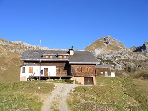 Foto: vince 51 / Wandertour / Hochkünzelspitze (2397m) / Biberacher Hütte von Süden mit Hochkünzelspitze / 28.01.2007 20:30:04