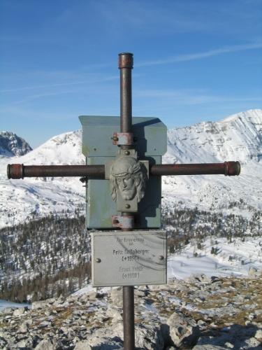 Foto: Christian Suschegg / Wander Tour / 3-Gipfel-Runde am Hochangernstock: Kosennspitz - Angerkogel - Nazogl / Beim Gipfelkreuz am Angerkogel - auch im Winter gerne besucht. / 29.01.2007 20:28:15