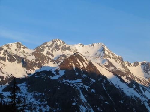 Foto: Christian Suschegg / Skitour / Tischfeldspitze (2268m) / Das Deneck in den gegenüberliegenden Schladminger Tauern im morgendlichen Sonnenschein / 01.02.2007 21:30:33