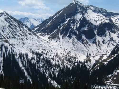 Foto: Christian Suschegg / Skitour / Tischfeldspitze (2268m) / Die Straße über etliche Kehren auf den Sölpaß / 01.02.2007 21:28:19