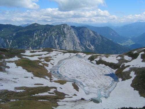Foto: Christian Suschegg / Wander Tour / Greimuth (1871m) - Atterkogel (1826m) / Tiefblick vom Atterkogel zum Augstsee, der mitunter auch im Juli (!) noch zugefroren ist. / 03.02.2007 12:45:27