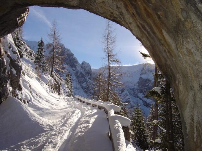 Foto: Manfred Karl / Ski Tour / Kehlstein (1837m) / Blick aus einem der Tunnels beim südseitigen Aufstieg. / 03.02.2007 12:55:59