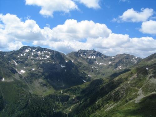 Foto: Christian Suschegg / Wander Tour / Vom Polinik zur Kreuzeck-Überschreitung / Unterwegs vom Polinik zum Trögersee. In noch sehr weiter Ferne liegt das Kreuzeck - der höchste Gipfel rechts der Bildmitte / 07.02.2007 09:42:16