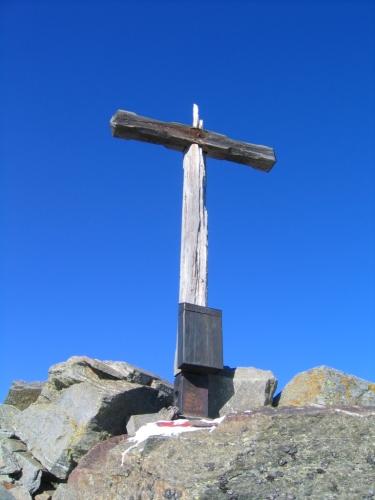 Foto: Christian Suschegg / Wander Tour / Vom Polinik zur Kreuzeck-Überschreitung / Leicht desolates Gipfelkreuz am Polinik, dem höchsten Gipfel der Kreuzeckgruppe. / 07.02.2007 09:43:09