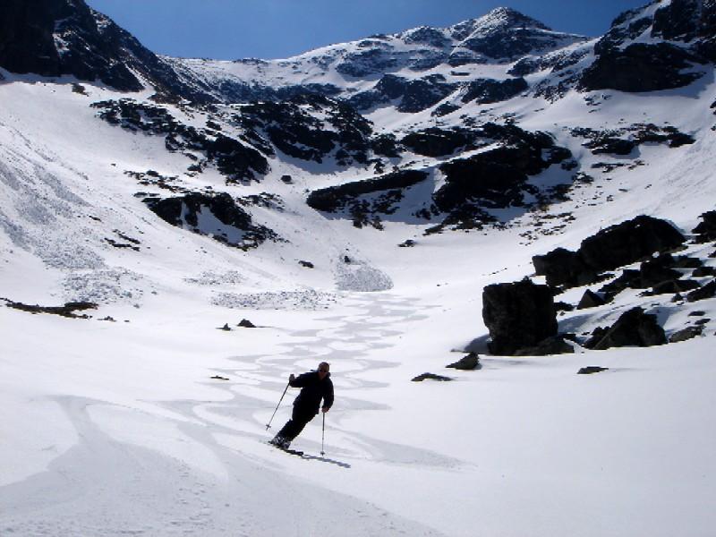 Foto: Manfred Karl / Ski Tour / Gamskarspitz (2491m) / Seidenfirn im unteren Teil des Fockenkares. Gut einsehbar links im Bild der Steilhang und die nach rechts führende Rampe, über die allgemein Aufstieg und Abfahrt erfolgen. / 08.02.2007 20:19:24