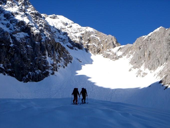 Foto: Manfred Karl / Ski Tour / Hochglück (2573m) / Im linken Teil des Kares unterhalb vom Hochglückgipfel. Die Schneezunge links zeigt den Beginn der Nordrinne an. / 09.02.2007 07:24:38