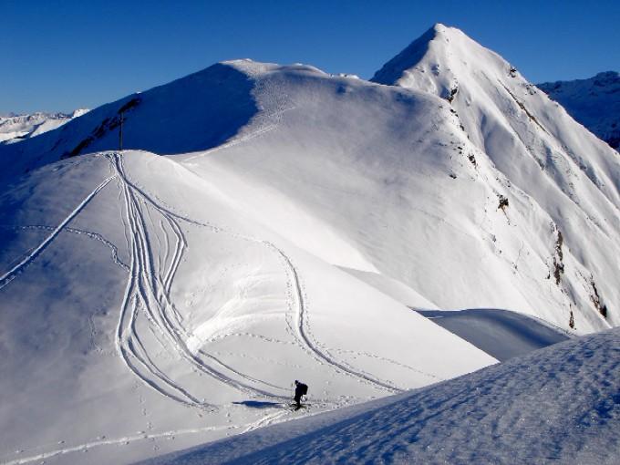 Foto: Manfred Karl / Ski Tour / Rund um den Heidentempel / Blick vom Schönweidkogel zum Heidentempel, links im Schatten die steilere Nordflanke, rechts die normale Abfahrt, rechts im Hintergrund der Glaserer, ebenfalls eine sehr lohnende Schitour bei sicheren Schneeverhältnissen. / 10.02.2007 10:07:21