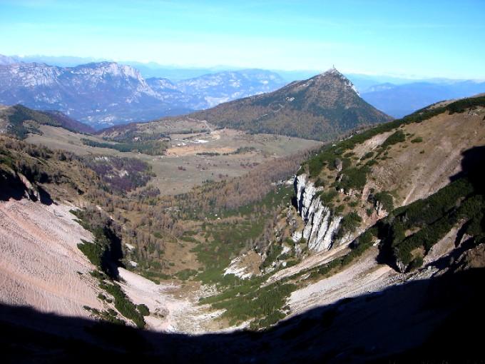 Foto: Manfred Karl / Wander Tour / Tre Cime del Bondone / Geologisch interessant ist der Aufbau der Tre Cime, die das hufeisenförmige Val di Cavai umschließen. Blick nach Norden zum Alpenhauptkamm, rechts im Bild Cima Palon mit der darunterliegenden Hochebene Bondone. / 10.02.2007 11:02:49
