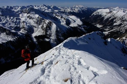 Foto: Christian Suschegg / Ski Tour / Über die Ebenbachalm auf den Hochwart (2301m) / Am Hochwart-Gipfel: Blick über den Nordwestgrat in das Seifrieding-Tal. Die Abfahrt erfolgt rechts über den schattigen Steilhang hinunter. / 11.02.2007 21:01:04