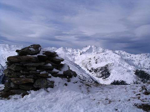 Foto: Andreas Koller / Schneeschuh Tour / Durch das Dürnbachtal auf den Rossberg (2185 m) / Der Gipfelsteinmann am Rossberg mit Blick gegen W / 12.02.2007 03:30:16