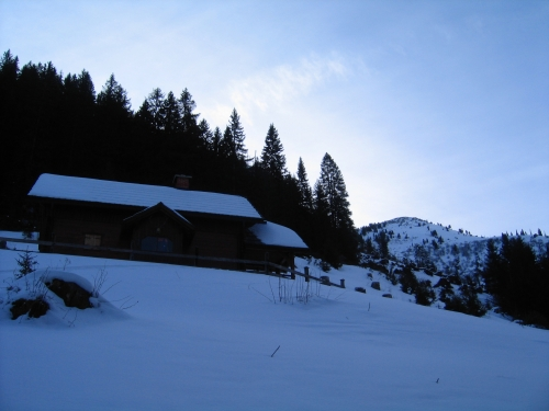Foto: Christian Suschegg / Ski Tour / Ahornkogl (2001m) / Bei den ersten Hütten der Ahornkoglalm - noch sind es fast 700 Höhenmeter bis auf den Ahornkogel (rechts hinten). / 12.02.2007 19:38:55