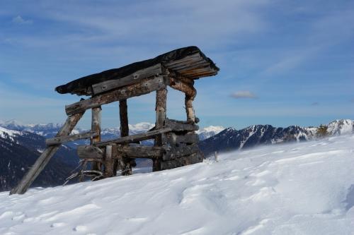 Foto: Christian Suschegg / Ski Tour / Ahornkogl (2001m) / Bis zu diesem Jägersitz auf ca. 1.800 Meter Höhe ist die Tour sehr einfach und auch für Einsteiger ideal geeignet. Im Hintergrund erkennt man das Tote Gebirge. / 12.02.2007 19:35:41