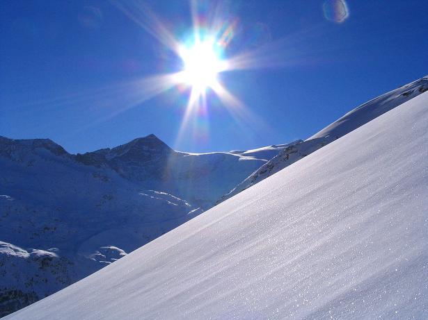 Foto: Andreas Koller / Skitour / Innergschlöss und Zeigerpalfen (2506 m) / Herrlicher Pulverschnee mit Kristallwand (3318 m) im Hintergrund / 12.02.2007 19:30:19