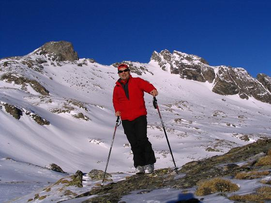 Foto: Andreas Koller / Skitour / Innergschlöss und Zeigerpalfen (2506 m) / Am Gipfel des Zeigerpalfen mit Roter Säule (2993 m) und Roter Kogel (2946 m) / 12.02.2007 19:27:58