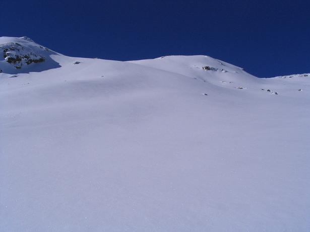Foto: Andreas Koller / Ski Tour / Innergschlöss und Zeigerpalfen (2506 m) / Die weiten, einladenden S-Hänge des Zeigerpalfen. Der Gipfel ist die runde Kuppe rechts der Mitte. / 12.02.2007 19:32:33