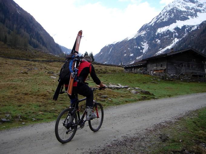 Foto: Manfred Karl / Ski Tour / Habachspitze (3064m) / Knapp vor dem Gasthaus Alpenrose, es geht nur mehr ein kurzes Stück flach talein bis hinter die Moaralm. / 13.02.2007 20:13:57