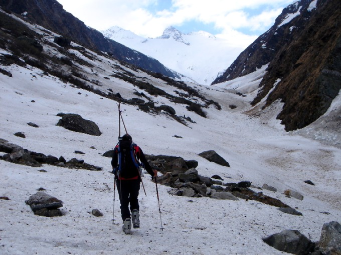 Foto: Manfred Karl / Ski Tour / Habachspitze (3064m) / Inneres Habachtal. Dort wo im hinteren Taleinschnitt das breite Schneefeld nach rechts aufwärts zieht, ist der Auslauf der Schlucht. Im Hintergrund Kratzenberg und Schwarzkopf. / 13.02.2007 20:17:43