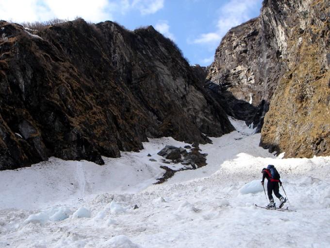 Foto: Manfred Karl / Ski Tour / Habachspitze (3064m) / Am Beginn der Schlucht. Die Felsblöcke in der Schlucht umgeht man links und steht gleich danach am Anfang des Schafsteiges, der durch die steilen Schrofenwände links hinaus zieht und von unten nicht einsehbar ist. / 13.02.2007 20:20:27