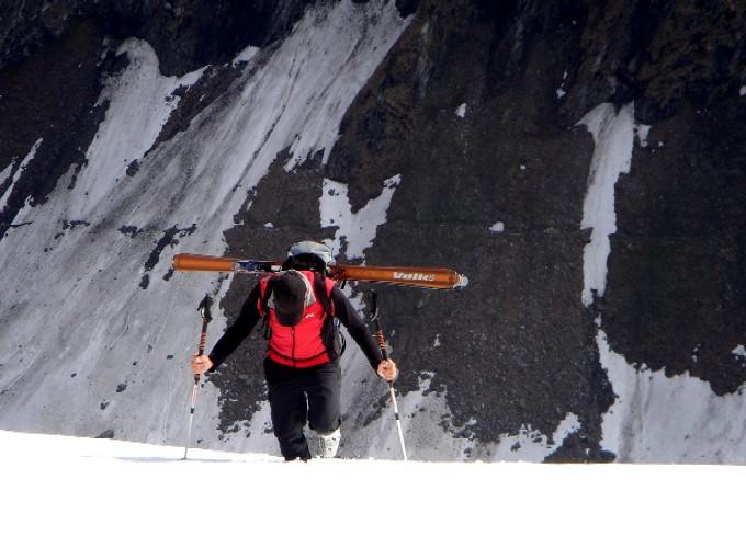 Foto: Manfred Karl / Ski Tour / Habachspitze (3064m) / Genau über den geschulterten Schiern ist der Sommerweg in die Keesau erkennbar. / 13.02.2007 20:26:37