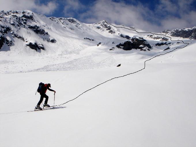 Foto: Manfred Karl / Ski Tour / Habachspitze (3064m) / Noch ein weiter Weg. Über die Traumhänge geht es in weitem Bogen über rechts zum Gipfel, das ist der etwas rechts der Bildmitte befindliche felsige kleine Spitz. / 13.02.2007 20:30:40