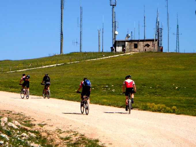 Foto: Manfred Karl / Mountainbiketour / Monte Subasio, 1290 m / Weniger schön ist der Anblick des Radiosenders. / 13.02.2007 22:29:08