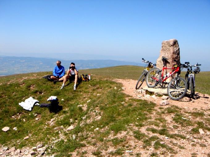 Foto: Manfred Karl / Mountainbiketour / Monte Subasio, 1290 m / Am höchsten Punkt ist gut Rasten und Schauen. / 13.02.2007 22:30:46