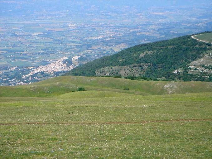 Foto: Manfred Karl / Mountainbiketour / Monte Subasio, 1290 m / Immer im Blickfeld: Assisi / 13.02.2007 22:32:26