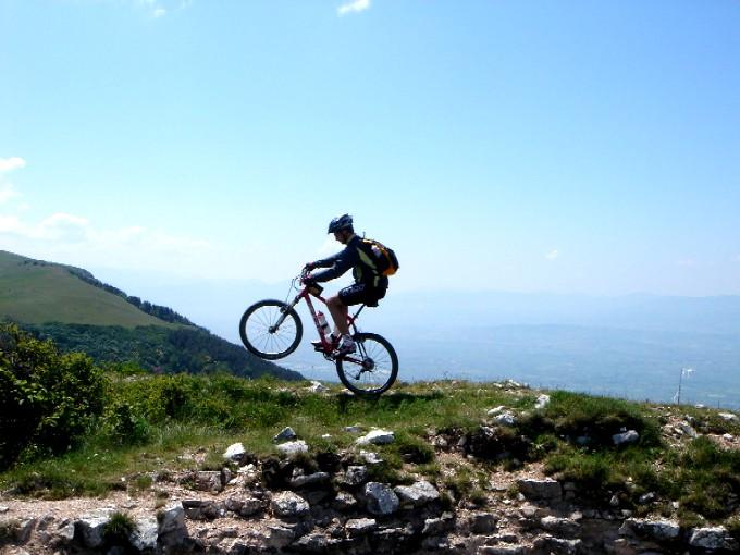 Foto: Manfred Karl / Mountainbiketour / Monte Subasio, 1290 m / Der kurze aber knackige Abstecher auf Colle San Rufino ist etwas für die Freaks - ausprobieren! Tipp: Vom Gegenhang lässt Erich von Däniken grüßen. / 13.02.2007 22:35:18