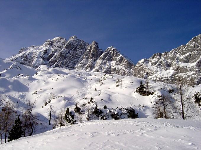 Foto: Manfred Karl / Skitour / Hochalm (2011m) / Die stark kupierten Hänge der Hochalm. Nahe der Wände im Hintergrund wird zumeist abgefahren. Im Bild der Blaueis-Nordgrat (4) mit der Blaueisspitze. / 14.02.2007 22:21:12