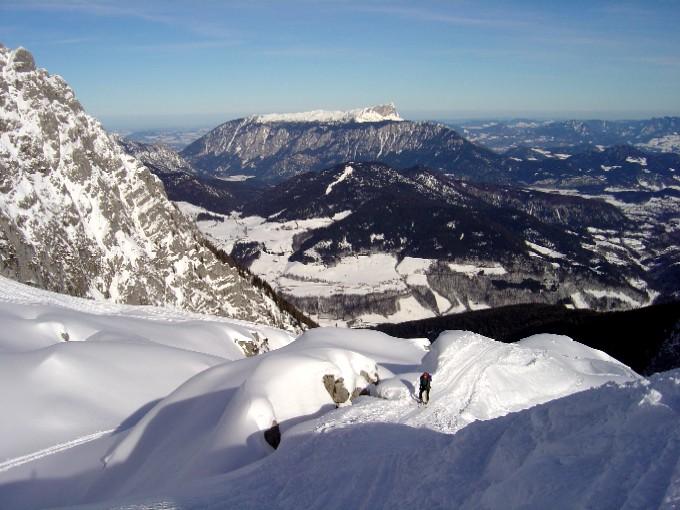 Foto: Manfred Karl / Skitour / Hochalm (2011m) / Die letzten Meter. Im Mittelgrund ist der weiße Streifen der Hirscheckpiste sichtbar (Toter Mann), dahinter der massige Stock des Untersberges. Links im Bild die meistens bevorzugte Abfahrt. / 14.02.2007 22:26:52